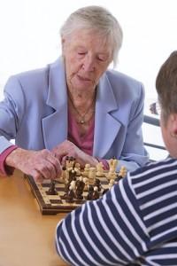 Die aktive Förderung der geistigen Fähigkeiten kann Parkinson-Demenz hinauszögern.